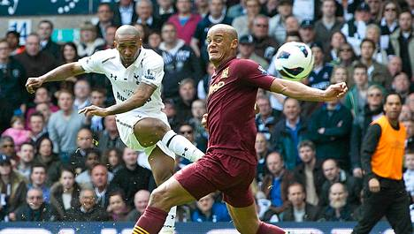 Jermain Defoe (vas.) laukoi Tottenhamin voittomaalin.
