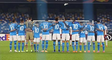 Jokainen Napolin pelaaja oli pukeutunut Maradonan ikoniseen kymppipaitaan.