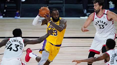 Lakersin supertähti LeBron James (kesk.) jäi lauantaina 20 pisteeseen.