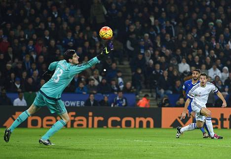 Riyad Mahrez maalasi Leicesterille Chelseaa vastaan.