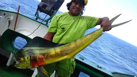 Miehistön jäsenet kalastavat toisinaan kiinnittämällä siiman ja koukun laivan perään, ja joskus käy tuuri. Matruusi Carlos esittelee kuvassa mahi-mahi-kalaa, josta syntyi Takalon mukaan kolme erilaista ruokaa.