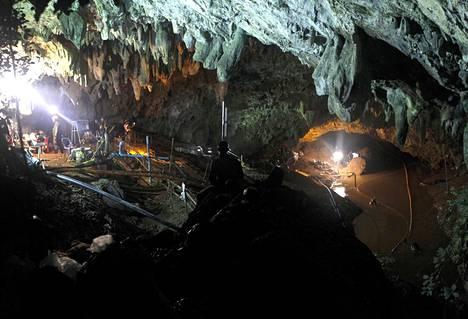 Pelastustyöntekijät yrittävät laskea luolastossa noussutta vedenpintaa.