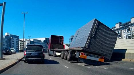 Takaa tulleet ajoneuvot onnistuivat väistämään rekan.