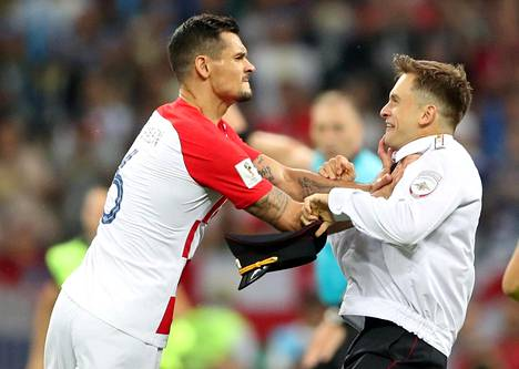Kroatialaispuolustaja Dejan Lovren turhautui, kun aktivistit keskeyttivät ottelun.