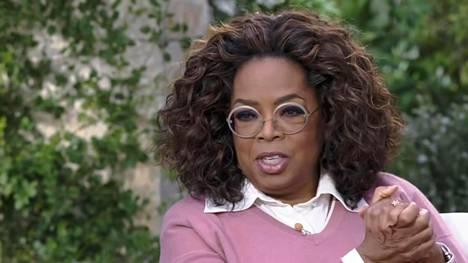 Herttuaparia haastattelee pitkänlinjan talk show -juontaja Oprah Winfrey.