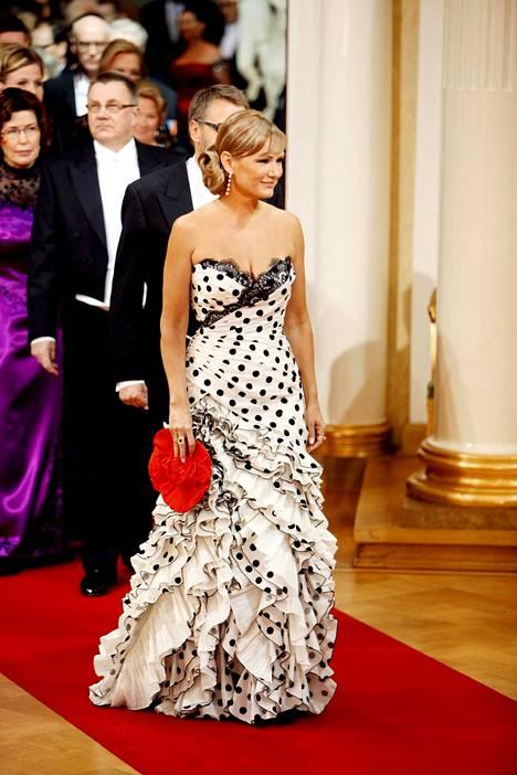 Vuonna 2009 Eija-Riitta Korhola pukeutui espanjalaishenkiseen, näyttävään iltapukuun.