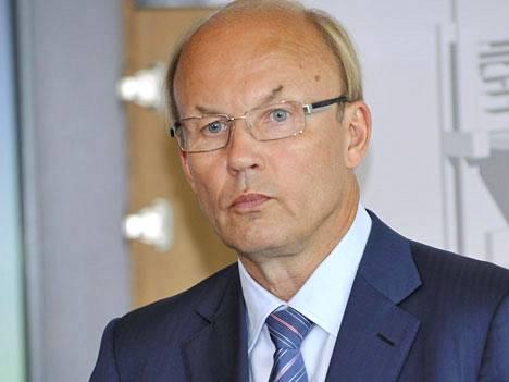 Koneen toimitusjohtaja Matti Alahuhta yllättyi siitä, että Suomessa voi valmistua insinööriksi lukemalla vain suomenkielisiä oppikirjoja.