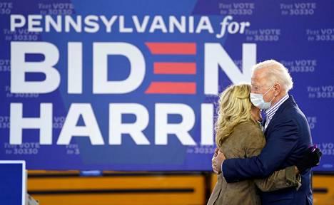 Bidenit kannustivat toisiaan kampanjapolulla Pennsylvaniassa lokakuussa.