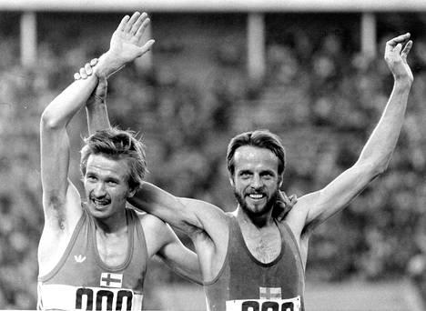 Kaarlo Maaninka (vas.) ja Lasse Virén 1980 kympin juoksun jälkeen.