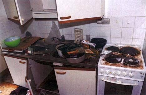 Asunnon keittiössä ei pienellä pintaremontilla ei olisi saanut juuri mitään aikaiseksi, niin huonossa kunnossa se oli tuhojen jäljiltä.