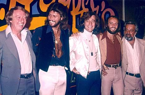 Robert Stigwood (vas.) Bee Geesin kanssa.
