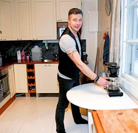 Janne remontoi entisestä kesämökistä uuden kodin. Kesämökissä ei ollut varsinaista keittiötä, joten sen Janne rakensi ihan alkajaisiksi.–Tosin ihan ensimmäisenä laitoin kuntoon rantasaunan. Eikös siinä ole perisuomalaista tärkeysjärjestystä, Janne virnistää.