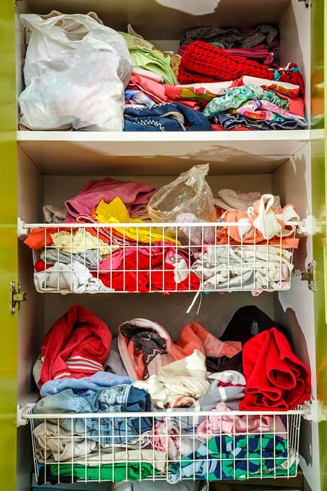 Vaatekaappiin saa tilaa myymällä käyttämättömiä vaatteita pois.