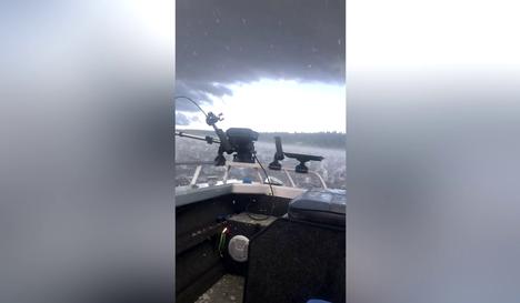 Valtava raekuuro moukaroi järvellä kesken kalareissun – video näyttää pariskunnan pelonsekaiset hetket