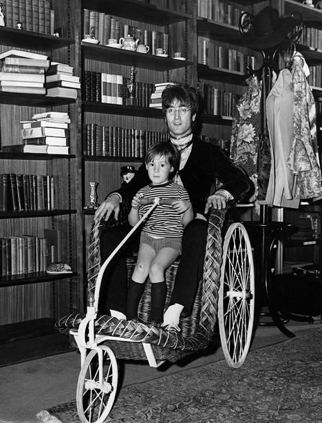 John Lennon poikansa Julianin kanssa.