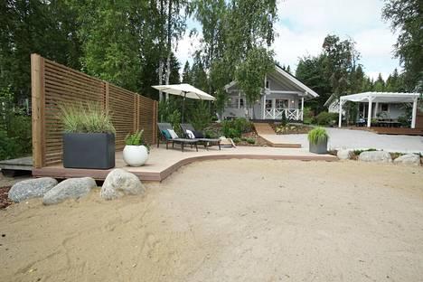 Aurinkoterassin eteen tehtiin hiekkaranta perheen lapsille.