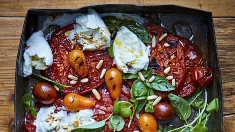 Grillin lämpö nostaa tomaattien makeuden pintaan.