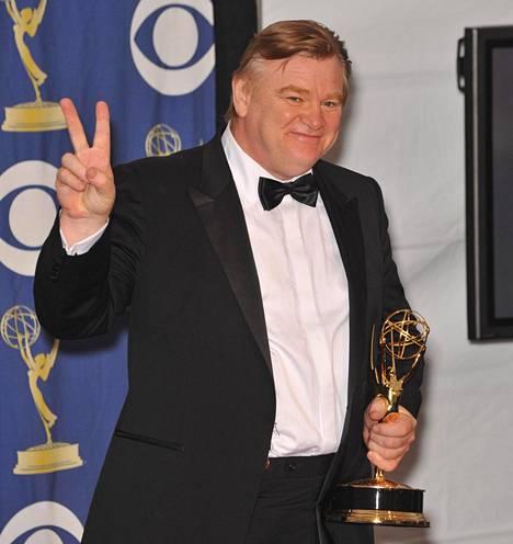 Gleeson näytti kuvaajille Churchillin voitonmerkkiä Emmy-patsas kädessään.