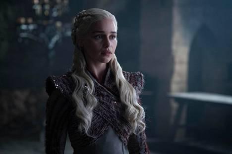 Daenerys (Emilia Clarke) saapuu Talvivaaraan kuningattarena – mutta Talvivaarassa häntä odottaa epäilevä kansa.
