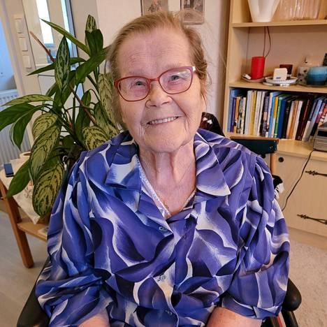 Ompelijan työstä eläkkeelle jäänyt Esteri Kyngäs sairastui aivokuumeeseen 10-vuotiaana.