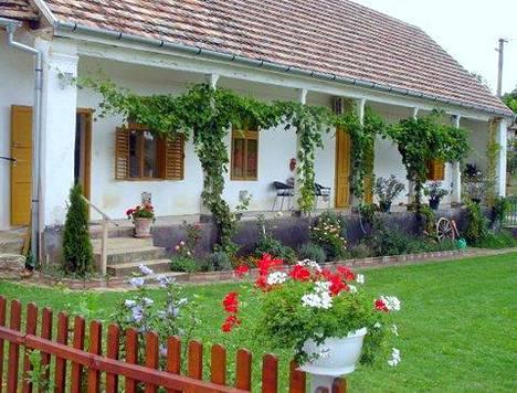 Näin ihana koti Sisko Saaristolla on miehensä kanssa Unkarissa.