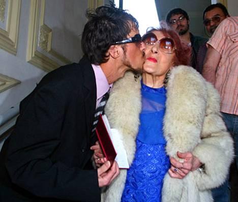 Onnellinen sulhanen Reinaldo Waveqche (vas.) kertoo aina pitäneensä kypsistä naisista. Vaimo Adelfa Volpes (oik.) on 82-vuotias.
