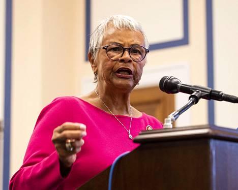 Kongressiedustaja Bonnie Watson Coleman, 75, odottaa uutta testitulosta lievästi oireilevana.