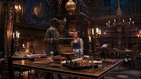 Emma Watson tähdittää Kaunotar ja hirviö -elokuvaa yhdessä Dan Stevensin kanssa. Musikaalimaisia kohtauksia sisältävässä elokuvassa kuullaan myös ensimmäistä kertaa Watsonin lauluääntä.
