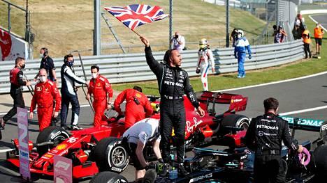 Lewis Hamilton pääsi juhlimaan kotiyleisönsä edessä.