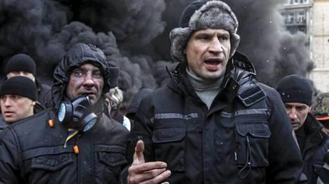 Oppositiojohtajiin kuuluva Vitali Klitshko puhui kannattajilleen Kiovassa torstaina.