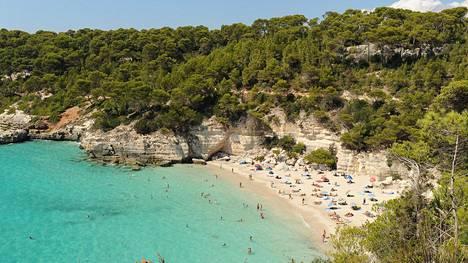 Menorca on idyllisten hiekkapoukamien saari. Etelärannikolla, saaren länsipuolella, on useita valkohiekkaisia, turkoosivetisiä ja rakentamattomia luonnonrantoja, kuten Cala Mitjana.