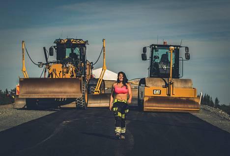 Kalenterikuvissa on 20–43-vuotiaita naisia, niin rekkakuskeja, kaivinkoneenkuljettajia, jyräkuskeja kuin paljon muitakin ammattiryhmiä.