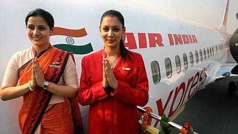 Air Indian lentoemännät ottavat matkustajat vastaan perinteisesti tervehtien.