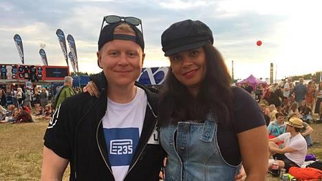 Kyläkauppias Sampo Kaulanen kertoo, että Ed Sheeranin musiikki on enemmän Minttu-vaimon mieleen.