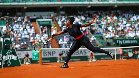 """Serena Williamsin vartaloa nuoleva peliasu aiheutti kohun Ranskan avoimissa – vastustajat kritisoivat valintaa: """"Ehkä hänellä on omat säännöt?"""""""