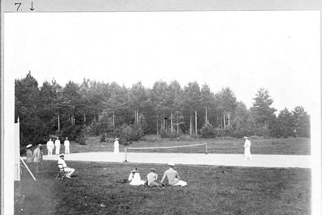 Iso tenniskenttä toimi sekä tanssilavana että tenniskenttänä.