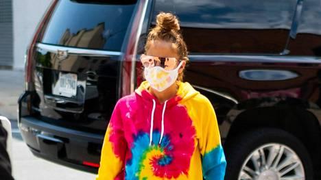 Jennifer Lopezin psykedeelisessä verkka-asussa on kunnon ysärivibat.