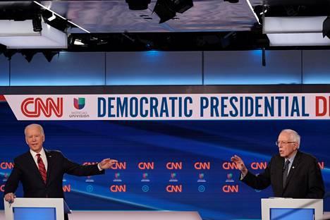 Demokraattien presidenttiehdokkaat oli väittelylavalla sijoitettu etäälle toisistaan. Kumpikin kertoi pyrkivänsä noudattamaan hygieniaohjeita ja sosiaalista etäisyyttä koronaviruksen takia.