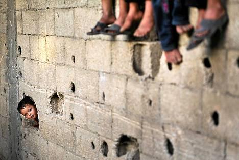 Palestiinalaiset pakolaislapset leikkivät Pohjois-Gazan Beit Lahiyan kaupungin köyhälistöalueella. Viimeaikaisten tilastojen mukaan Gazan alueen työttömyys kasvaa kiihtyvällä vauhdilla. Alueen työttömyysprosentti on jo yli 30.