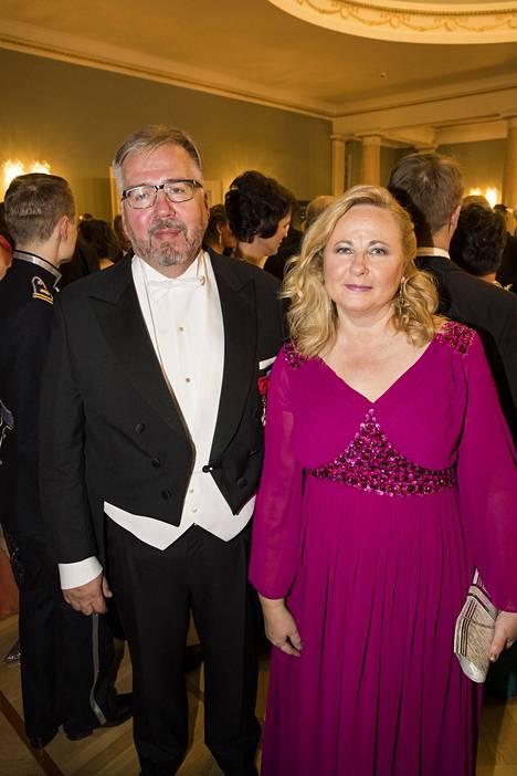 Ilta-Sanomien vastaava päätoimittaja Tapio Sadeoja saapui Linnaan rinnallaan puolisonsa Marja Sadeoja.