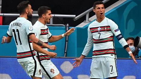 Cristiano Ronaldo (oik.) pääsi ottelun loppuhetkillä tuulettamaan kahdesti. Bruno Fernandes  ja Andre Silva  rientävät onnittelemaan.