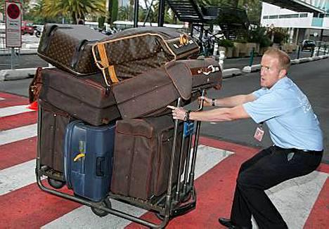 Sharon Stonen matkalaukkuja raahannut kantaja sai uurastaa hiki hatussa.