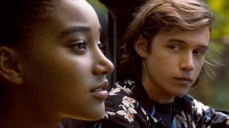 Maddyn (Amandla Stenberg) ja Ollyn (Nick Robinson) romanssia eivät sairaudet tai lasiseinät pidättele.