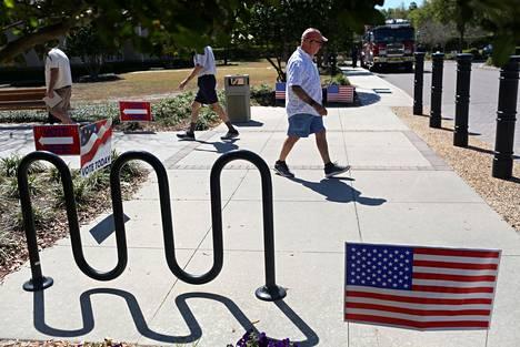 Eläkeläiset äänestivät Floridan Villagessa ennakkoon lauantaina.