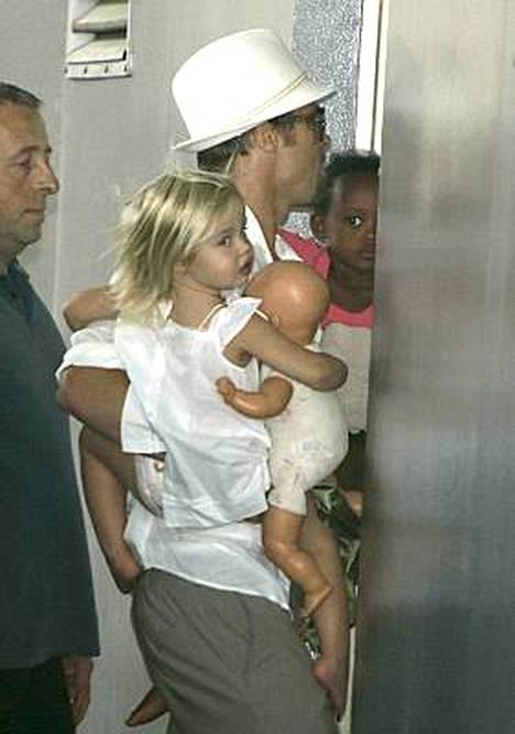 Shiloh, Brad ja Zahara Pitt menivät keskiviikkona tapaamaan Angelina Jolieta nizzalaiseen sairaalaan.