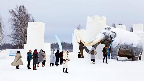 Lumilinnan edustalla seisova mammutti toivottaa aasialaisturistit tervetulleiksi Kemin arktiseen elämykseen.