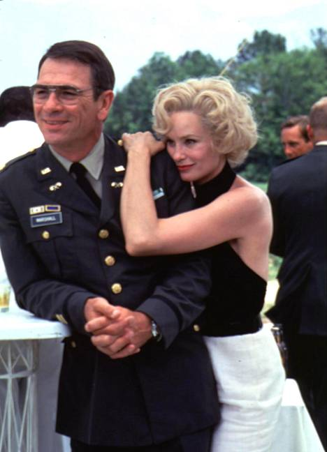 Upseeri (Tommy Lee Jones) ja vaimo (Jessica Lange).