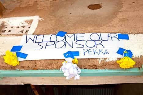 Segon kyläkoulu toivotti suomalaisen kummin tervetulleeksi.