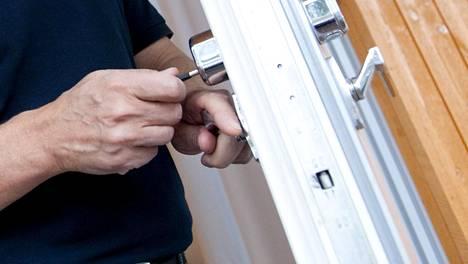 Omaa ovea kannattaa tarkkailla. Murtomiehet käyttävät tiedustelijoita, jotka merkkaavat kohteen etukäteen.