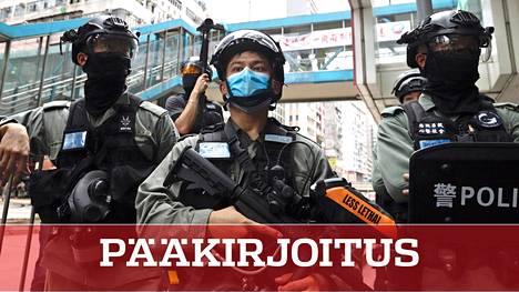 Aseistetut poliisit valvoivat keskiviikkona Hongkongissa laajentuneita mielenosoituksia. Demokratia-aktivisteja pidätettiin, kun Kiina oli vahvistanut itsehallintoalueen niin sanotut turvallisuuslait.
